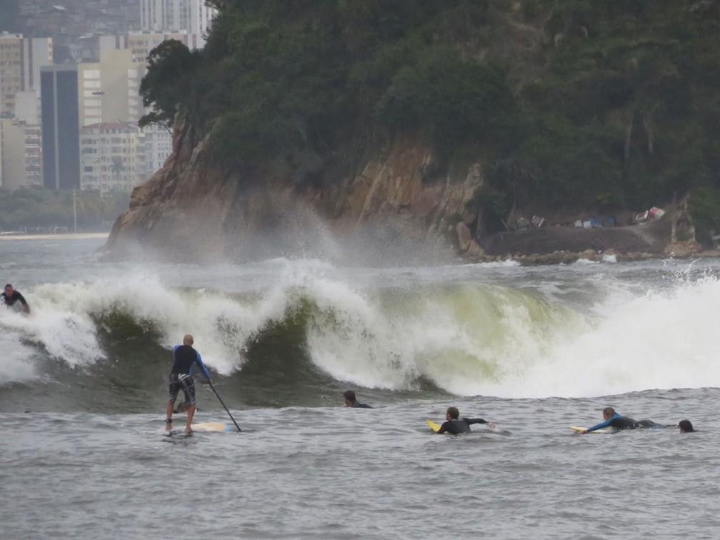 Praia de Icaraí repleta de surfistas: cena rara graças à ressaca (Foto: Bruno Albernaz/G1)