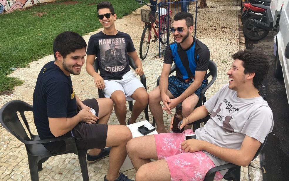 -  Estudantes montam camarote para ver os atrasados, mas não conseguem nenhum flagrante  Foto: Vitor Santana/G1