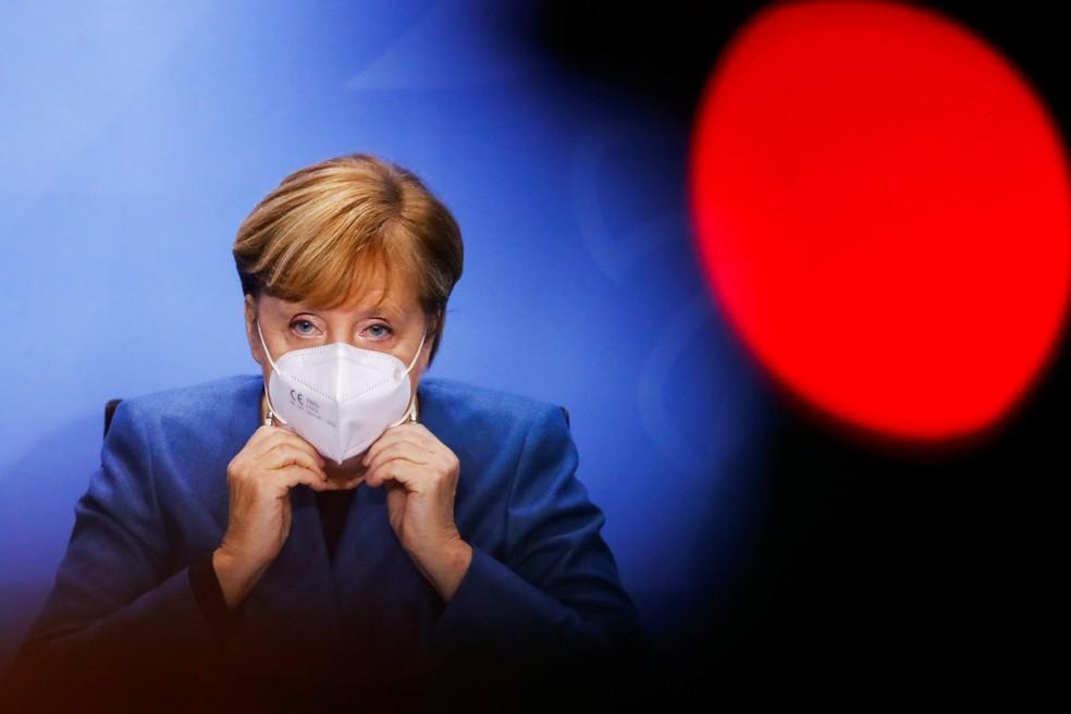 Angela Merkel, chanceler da Alemanha, ajusta máscara após conferência em Berlim nesta quarta-feira (28) — Foto: Fabrizio Bensch/Pool/Reuters