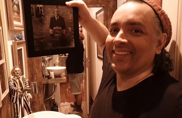 O banheiro tem quadros divertidos e também bonecos de terror (Foto: GNT)