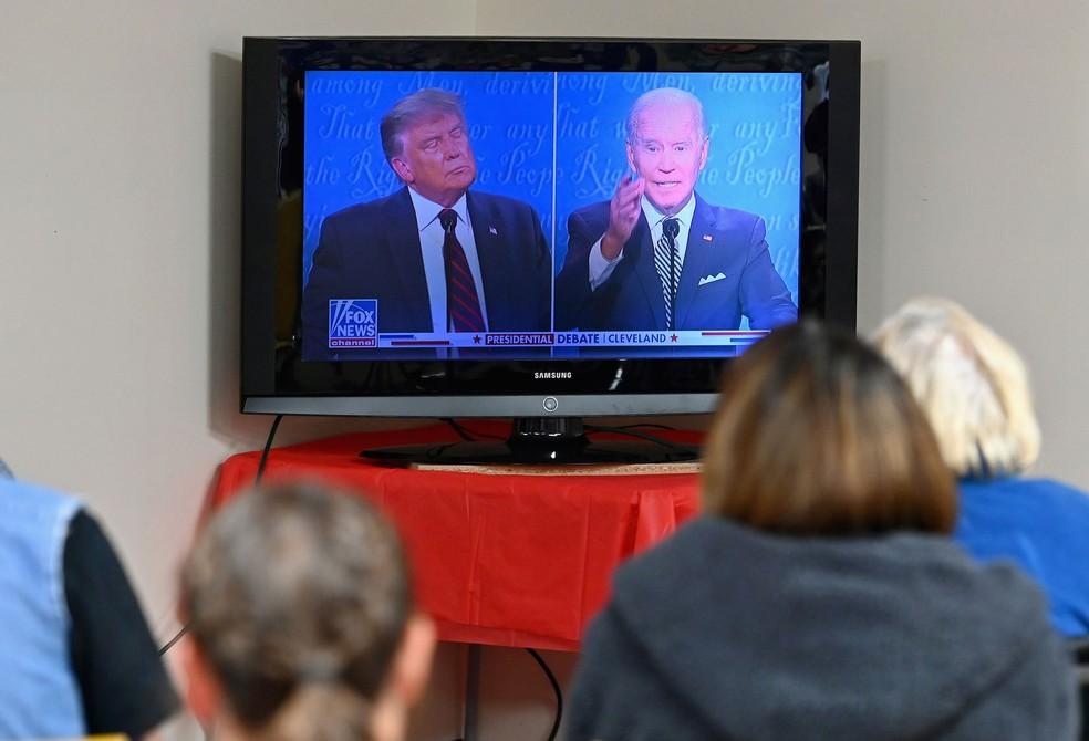 Apoiadores de Donald Trump da Pensilvânia acompanham primeiro debate presidencial pela TV na terça-feira (29) — Foto: Angela Weiss / AFP
