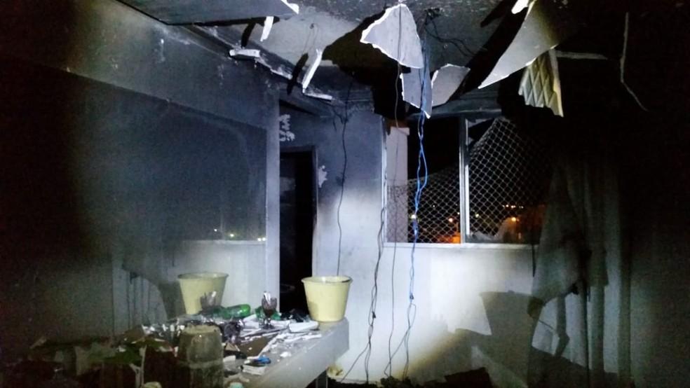 Chamas destruíram todos os móveis e o revestimento de gesso do apartamento desabou — Foto: Corpo de Bombeiros/ Divulgação