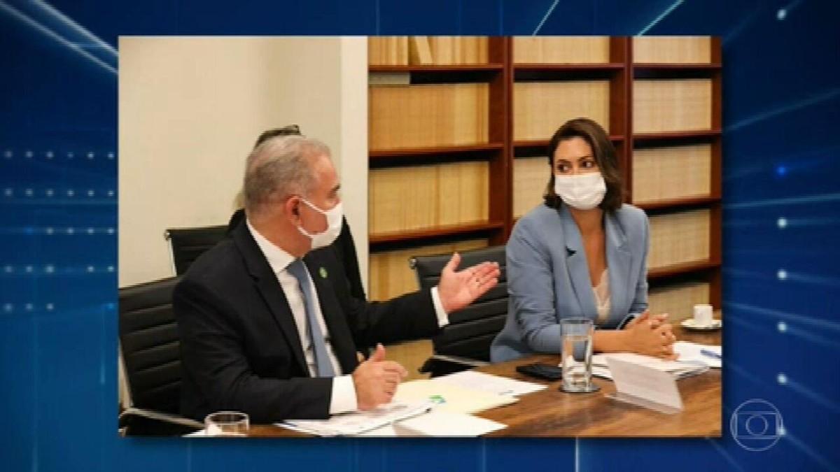 Bolsonaro diz que primeira-dama se vacinou nos EUA; políticos e infectologistas veem desrespeito ao SUS