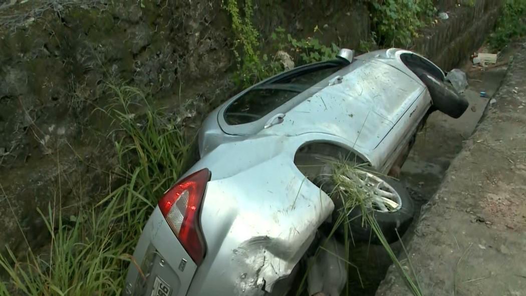 Carro cai em vala depois de colidir em outro veículo, na BR-230, em João Pessoa
