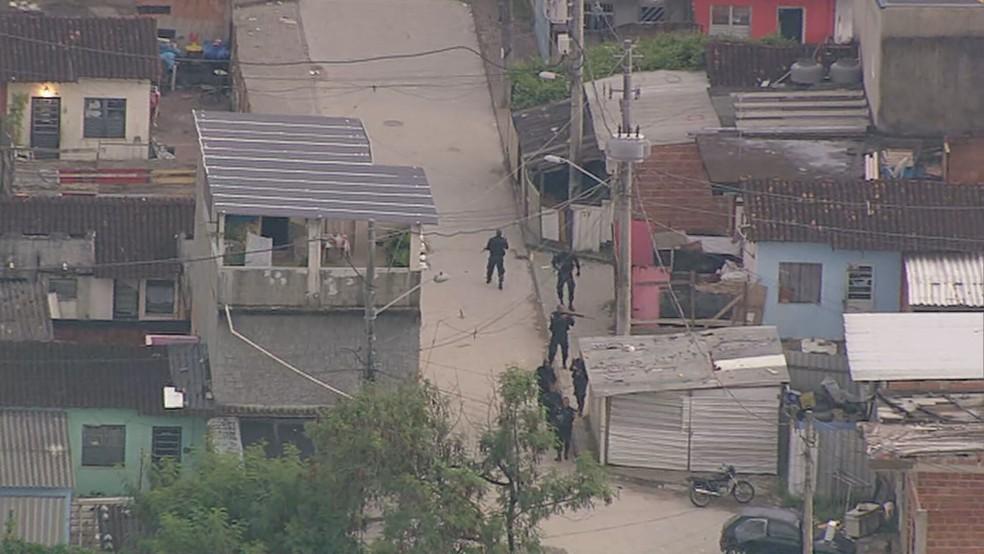 Policiais militares fazem operação na Cidade de Deus na manhã desta terça-feira (9) — Foto: Reprodução / TV Globo