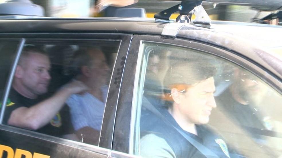 Carlos Costa foi levado do apartamento dele pelos policiais — Foto: Reprodução/ TV Gazeta