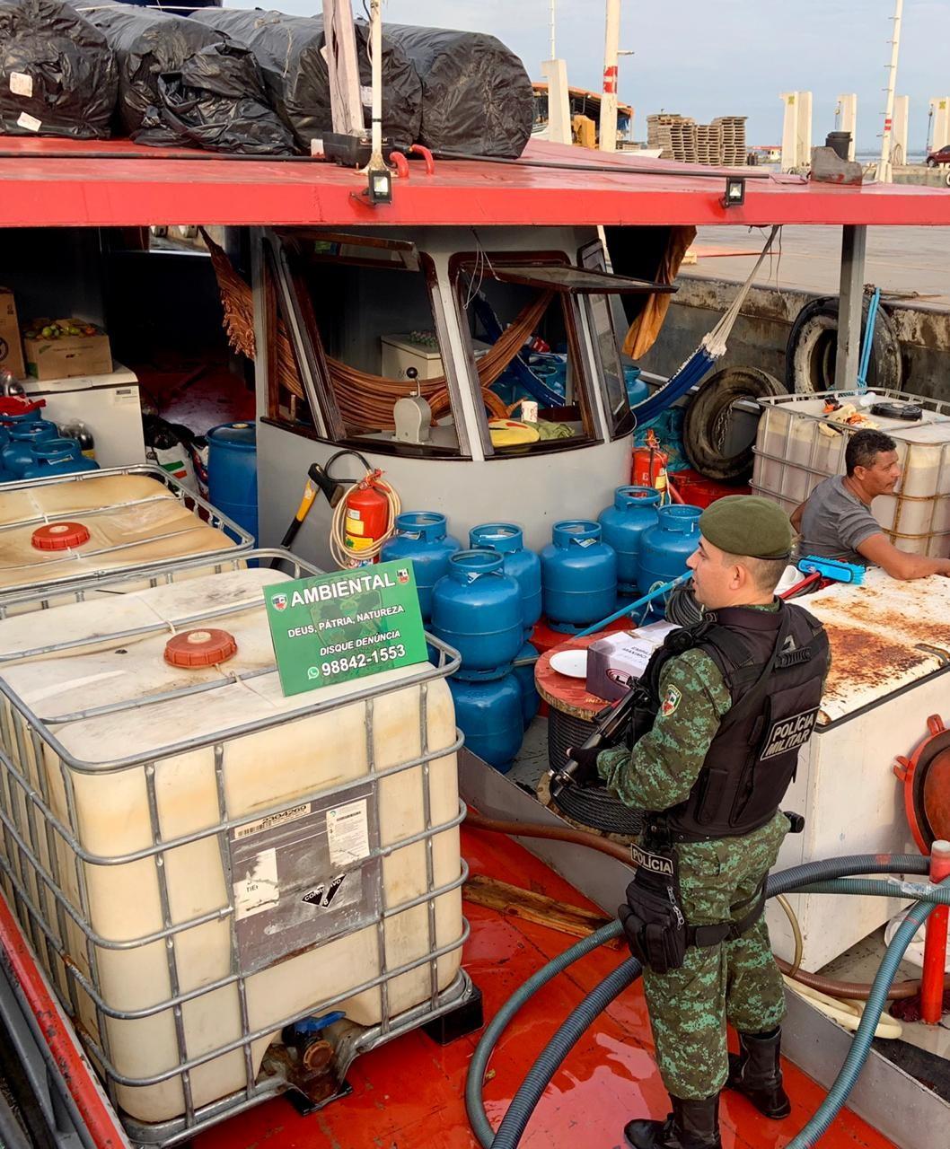 Mais de 70 mil litros de combustível irregular são apreendidos em embarcação, em Manaus