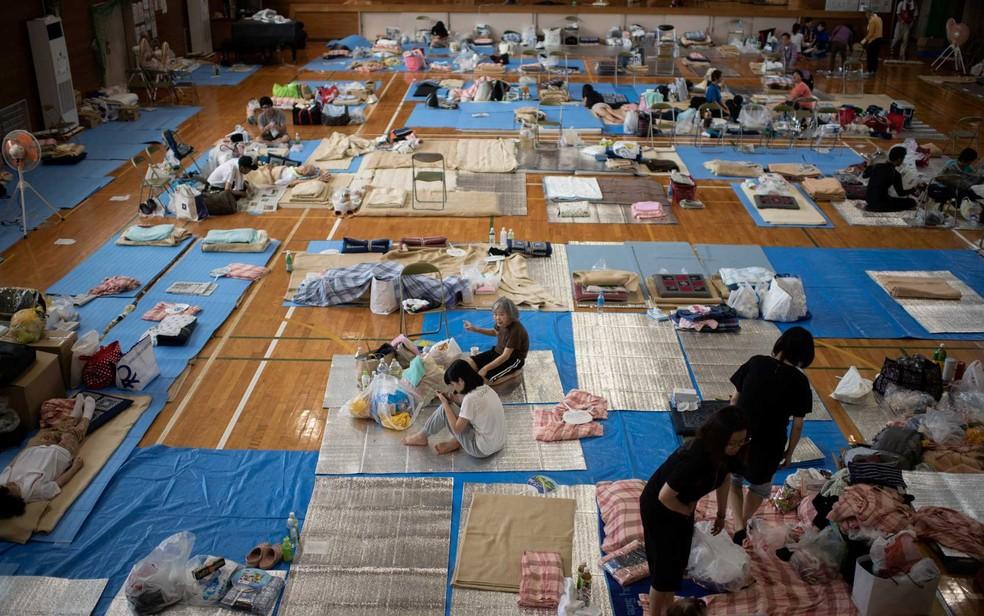 Abrigo em Mabi (Okayama) com famílias japonesas que não puderam voltar para casa ou perderam suas casas durante tempestade no país (Foto: Martin Bureau / AFP Photo)
