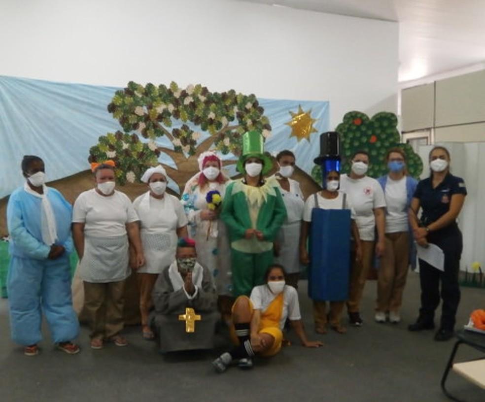 Agente penitenciária estreou peça teatral com reeducandas — Foto: Divulgação/ SAP