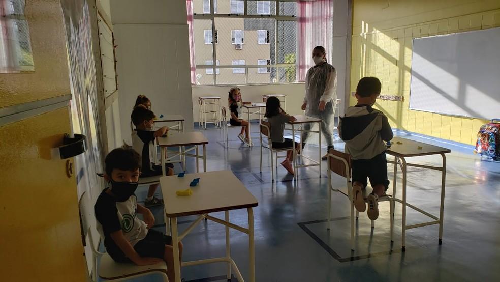 Crianças usam máscaras e mantém distanciamento em escola particular de Belo Horizonte — Foto: Danilo Girundi / TV Globo