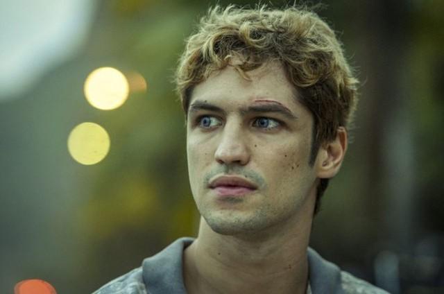 Gabriel Leone em 'DOM' (Foto: Amazon)