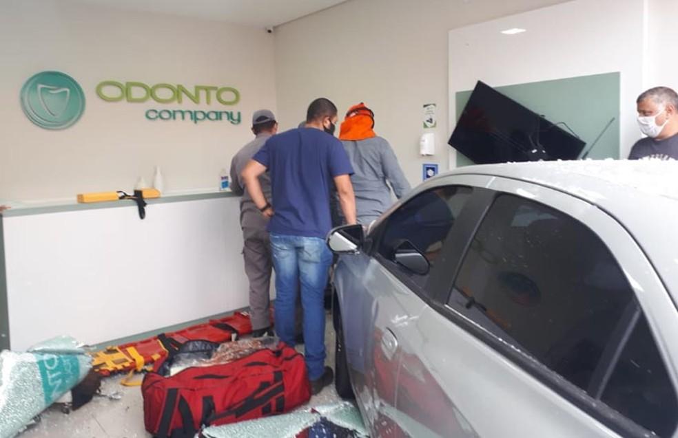 Carro desgovernado invadiu a clínica nesta segunda-feira (19) em Paraguaçu Paulista — Foto: Manoel Moreno/i7 Notícias
