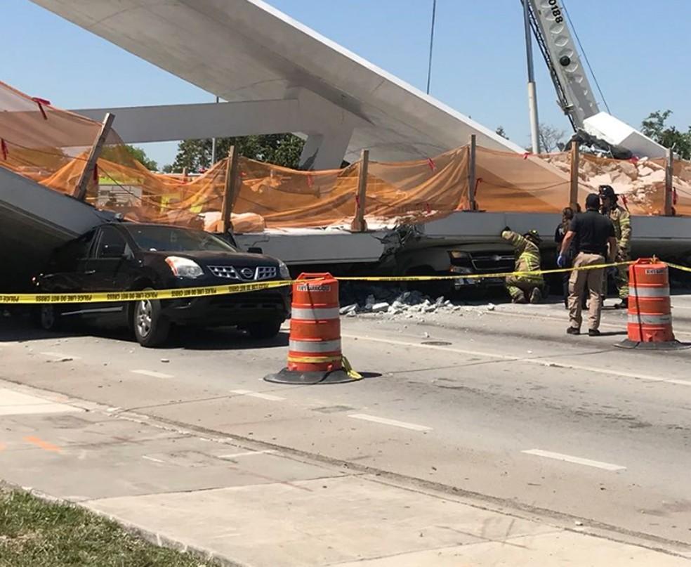 Carros ficaram esmagados pela passarela (Foto: Reprodução/Twitter/Isaaacarrasco)