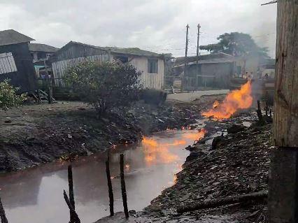 Moradores deixam casas após explosões e fogo em tubulação de esgoto, em Paranaguá
