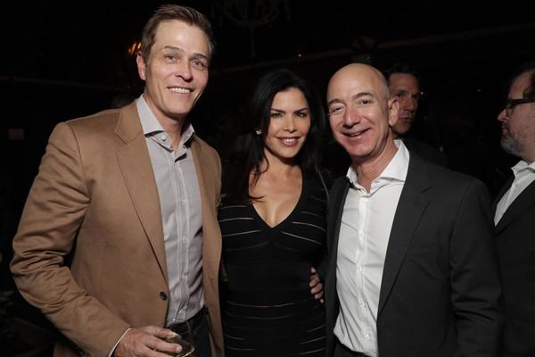 O empresário Jeff Bezos, de terno preto, com a suposta amante e namorada dele, a apresentadora Lauren Sanchez, em foto antiga com o marido dela, o empresário Patrick Whitesell (Foto: Getty Images)