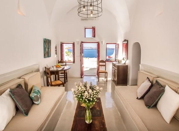 As paredes brancas com o teto arredondado fazem parte das características clássicas da arquitetura grega (Foto: Airbnb/ Reprodução)
