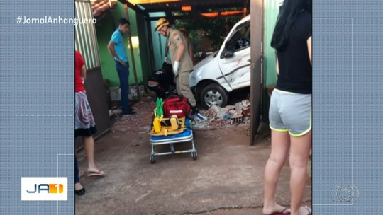 Carro atropela mulher e menina de 2 anos e depois invade casa, em Anápolis