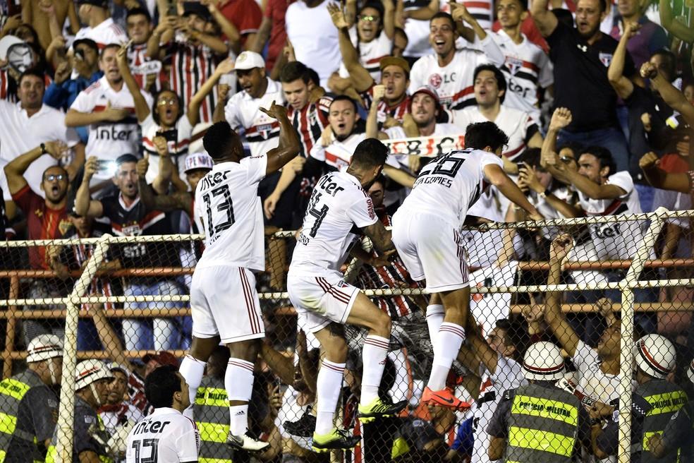 Jogadores do São Paulo comemoram gol contra o Ituano com a torcida no alambrado — Foto: Marcos Ribolli