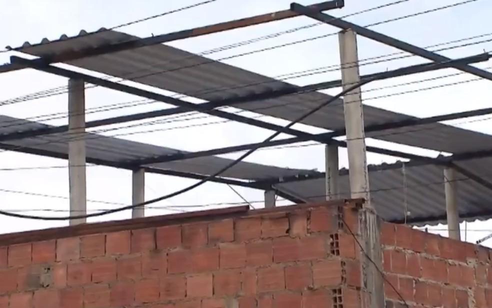 Em madrugada de temporal e ventos fortes, casas perdem telhado em Boa Vista do São Caetano — Foto: Reprodução/TV Bahia