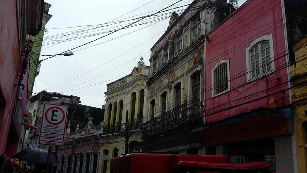 Telhado de casarão antigo caiu por cima de prédio vizinho, que também desabou parcialmente no Recife, nesta segunda-feira (30) (Foto: Danilo César/TV Globo)