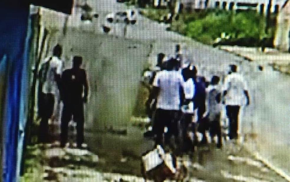 Durante briga de torcidas, grupo arranca portão de casa — Foto: Reprodução/TV Anhanguera