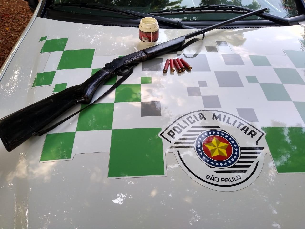 Polícia apreende espingarda e munições com dono de chácara em Igaraçu do Tietê