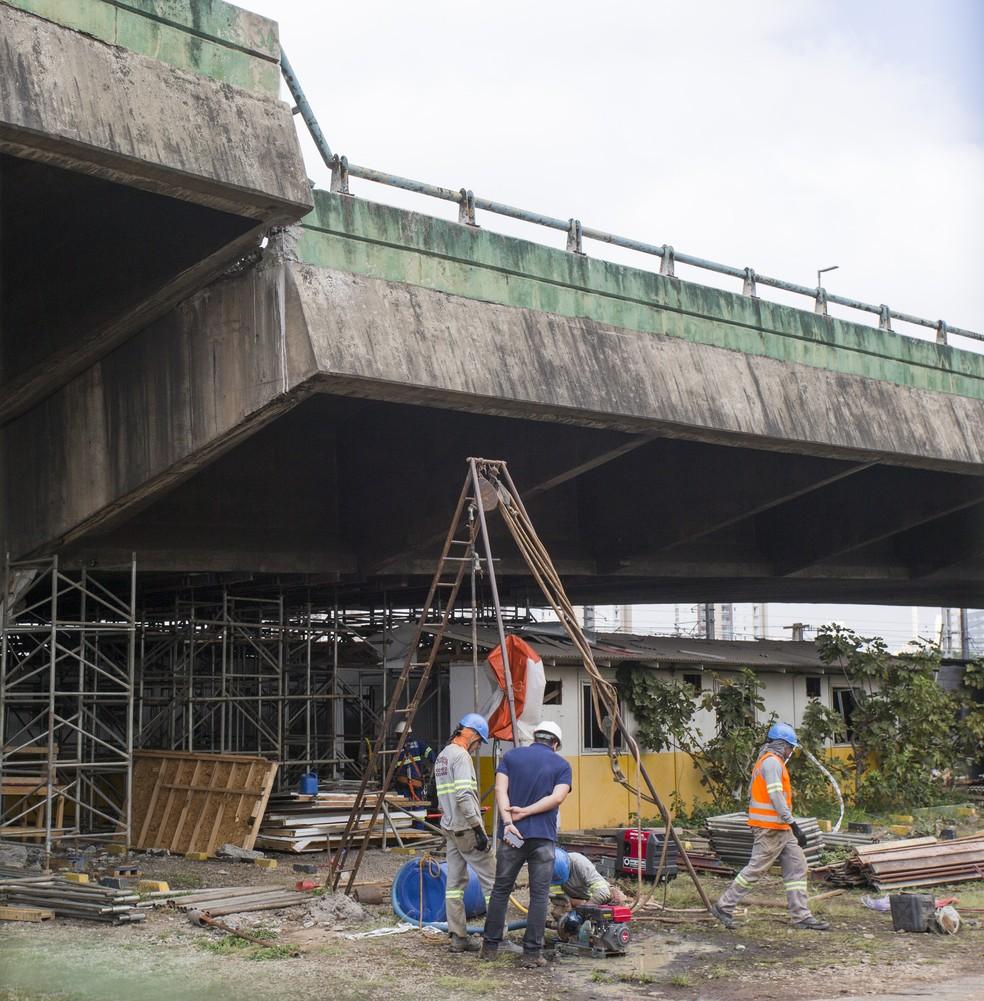 Equipes trabalham nesta sexta (16) para escorar o viaduto que corre risco de desabar na Marginal Pinheiros, em SP — Foto: Mister Shadow/ASI/Estadão Conteúdo