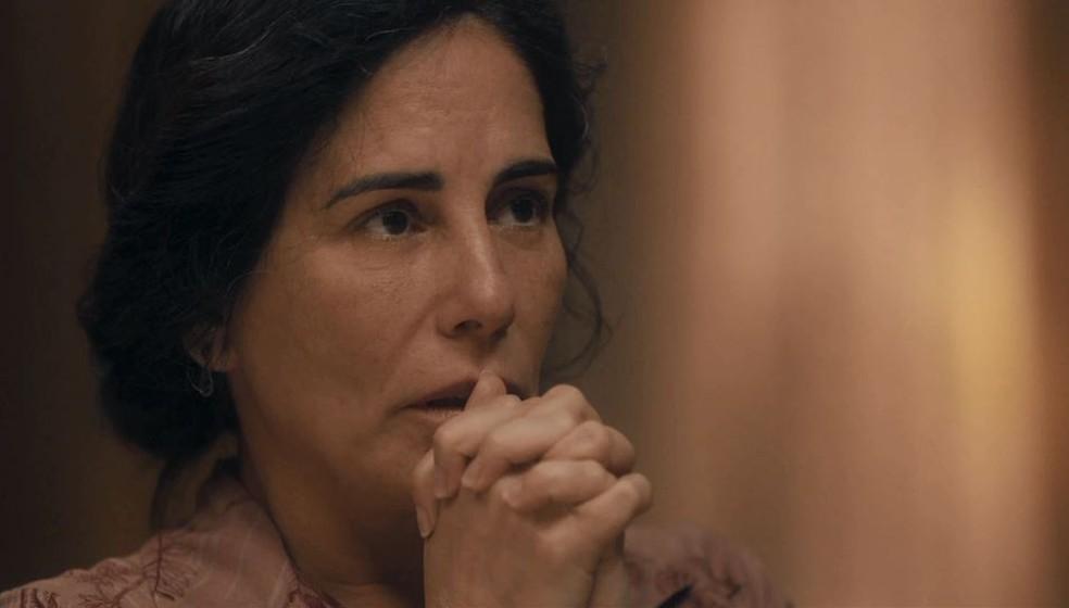 Lola (Gloria Pires) fica em choque ao ver Alfredo (Nicolas Prattes) fardado em 'Éramos Seis' — Foto: Globo