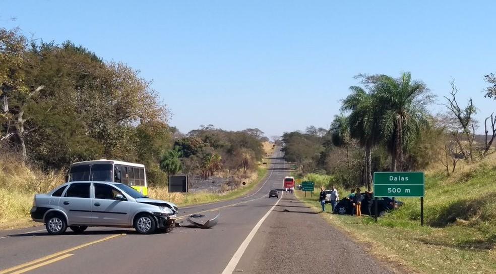 Carro ficou atravessado no meio da pista (Foto: Eduardo Monteiro/TV TEM)