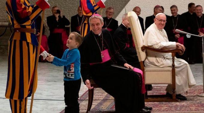 Menino autista sobe no palco para falar com o Papa (Foto: divulgação)