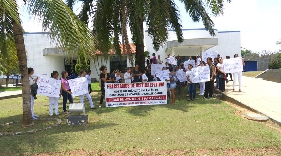 Amigos de profissão e familiares realizaram caminhada em protesto pela morte de Simone.  — Foto: Rede Amazônica/Reprodução