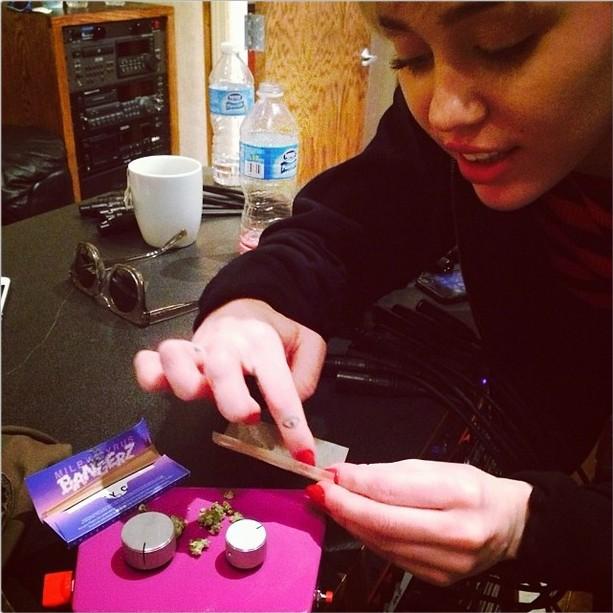 Miley Cyrus prepara um cigarro. (Foto: Instagram)