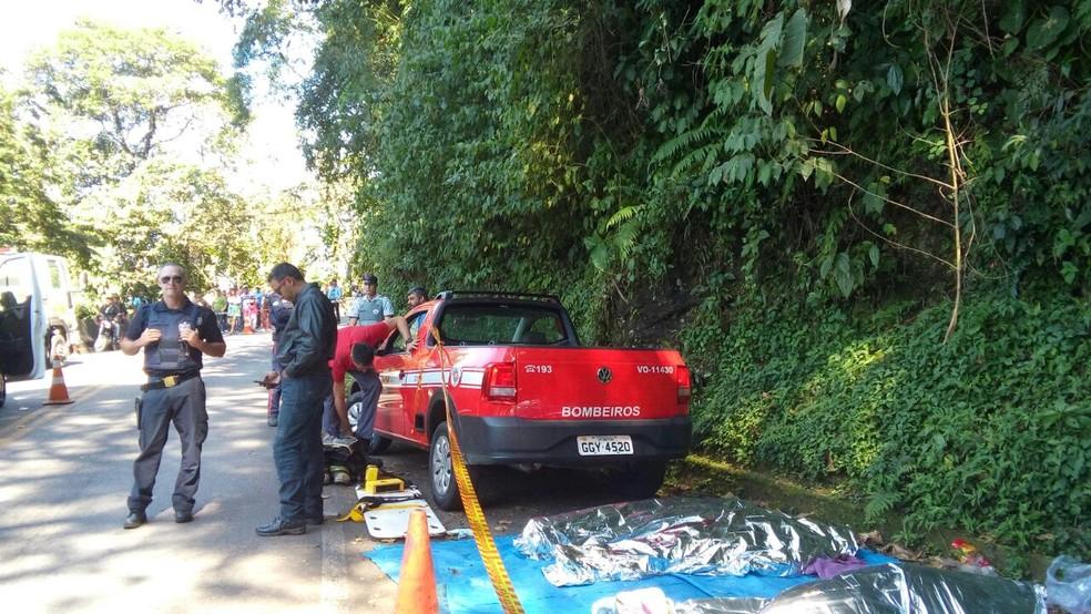 Micro-ônibus tomba e deixa vítimas fatais no trecho de serra da rodovia Oswaldo Cruz na manhã desta sexta (15). (Foto: Kadu Reis/TV Vanguarda)