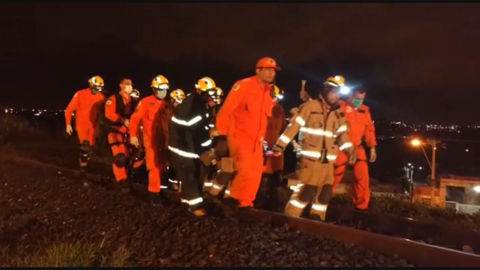 Homem é resgatado por bombeiros após ser atropelado por trem — Foto: Reprodução/TV Globo