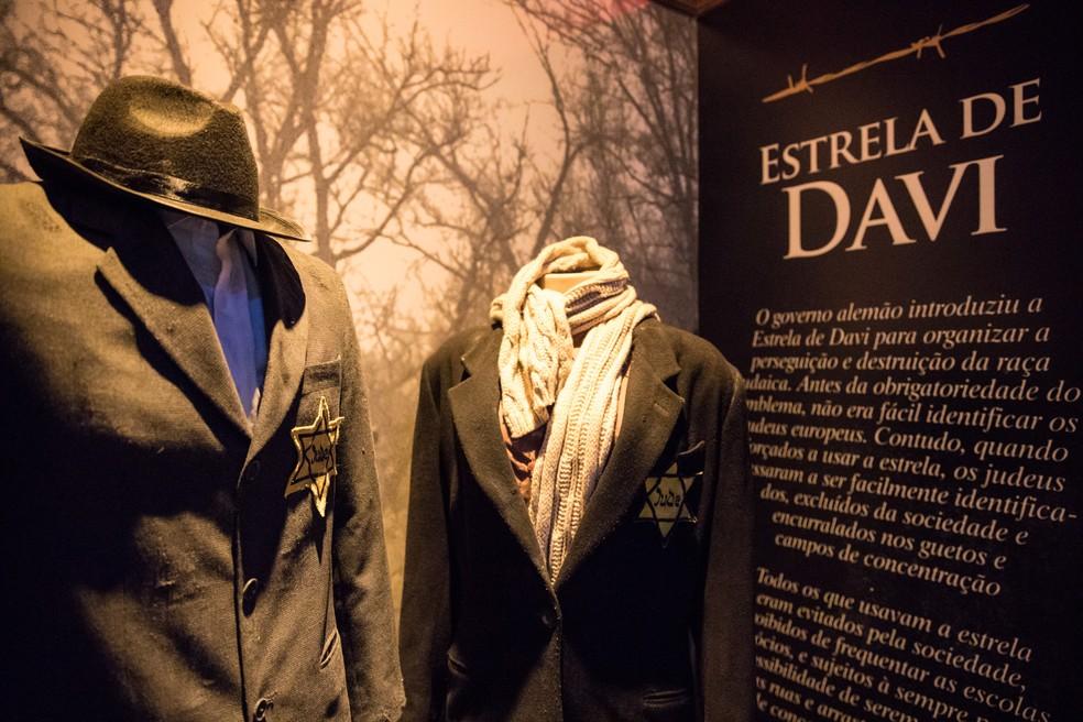Réplicas de roupas de época com Estrela de Davi. Na época, o uso da sinalização era obrigatória, para que os guardas nazistas pudessem identificar os judeus. (Foto: Fabio Tito/G1)