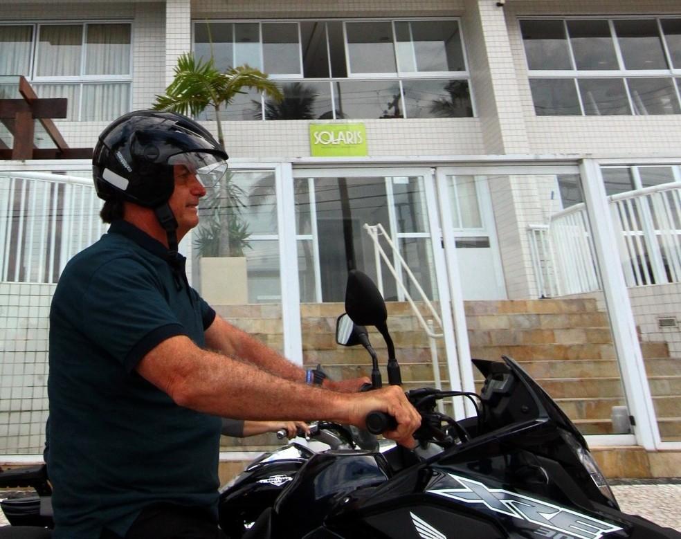Bolsonaro é flagrado com capacete solto em frente ao triplex de Guarujá, SP — Foto: Vanessa Rodrigues/A Tribuna Jornal