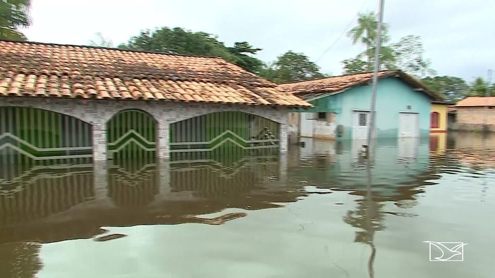 Alguns bairros em Boa Vista do Gurupi o aumento da água da chuva obrigou os moradores a deixar as suas casas porque elas estão cobertas — Foto: Reprodução/TV Mirante