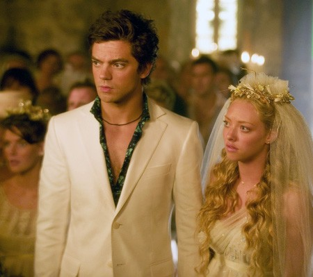 Dominic Cooper e Amanda Seyfried em cena de Mamma Mia! (2008) (Foto: Divulgação)