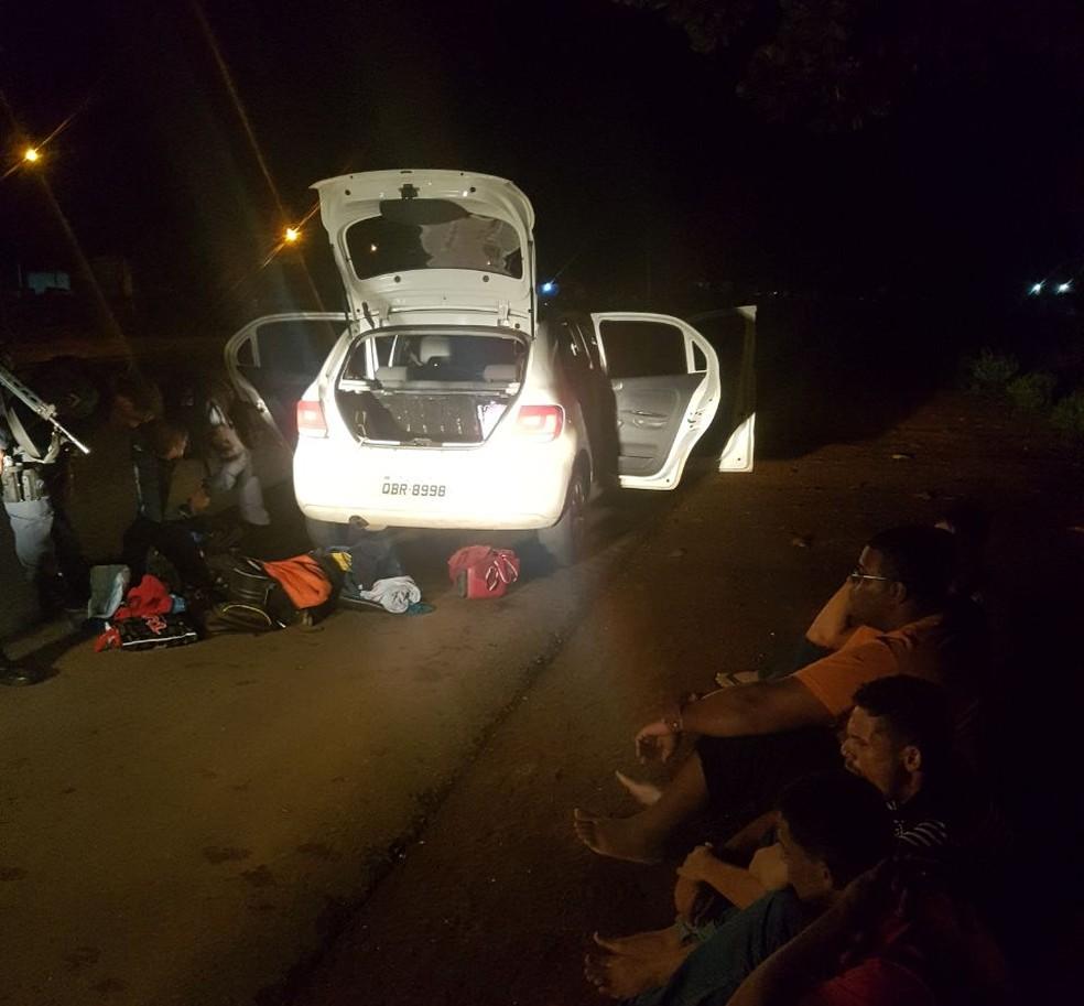Assaltantes foram presos durante a fuga em carro (Foto: Polícia Militar/Divulgação)