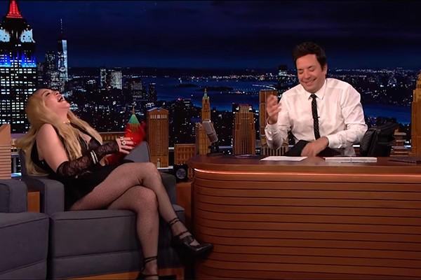 Madona faz a temperatura subir em entrevista com Jimmy Fallon (Foto: reprodução)