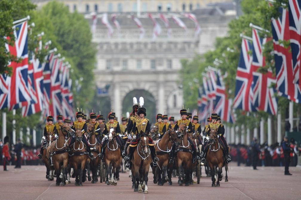 'Tropping the Colour', evento de comemoração oficial do aniversário da rainha Elizabeth II, neste sábado (8). — Foto: Daniel Leal-Olivas/AFP