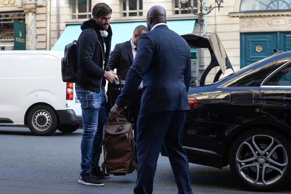 Alisson na chegada à concentração (Foto: Pedro Martins/Mowa Press)