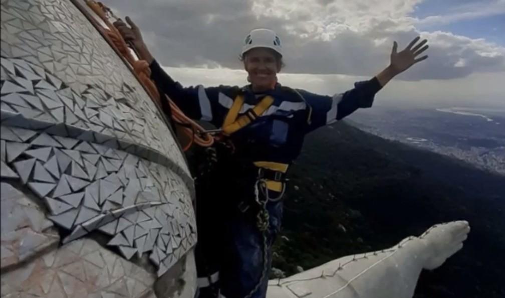 A carioca e arquiteta Cristina Ventura,que vive em Cabo Frio, é a primeira mulher a se pendurar no Cristo Redentor para restaurar o monumento — Foto: Imagens do Drone Igor Souza