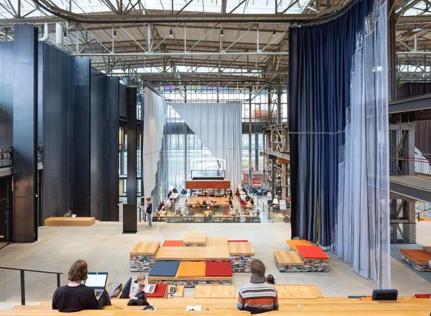 As telas têxteis instaladas por toda a altura do pavilhão regulam os espaços entre as áreas, tornando-as mais abertas ou privadas (Foto: Ossip Architectuurfotografie/ Arch Daily/ Reprodução)