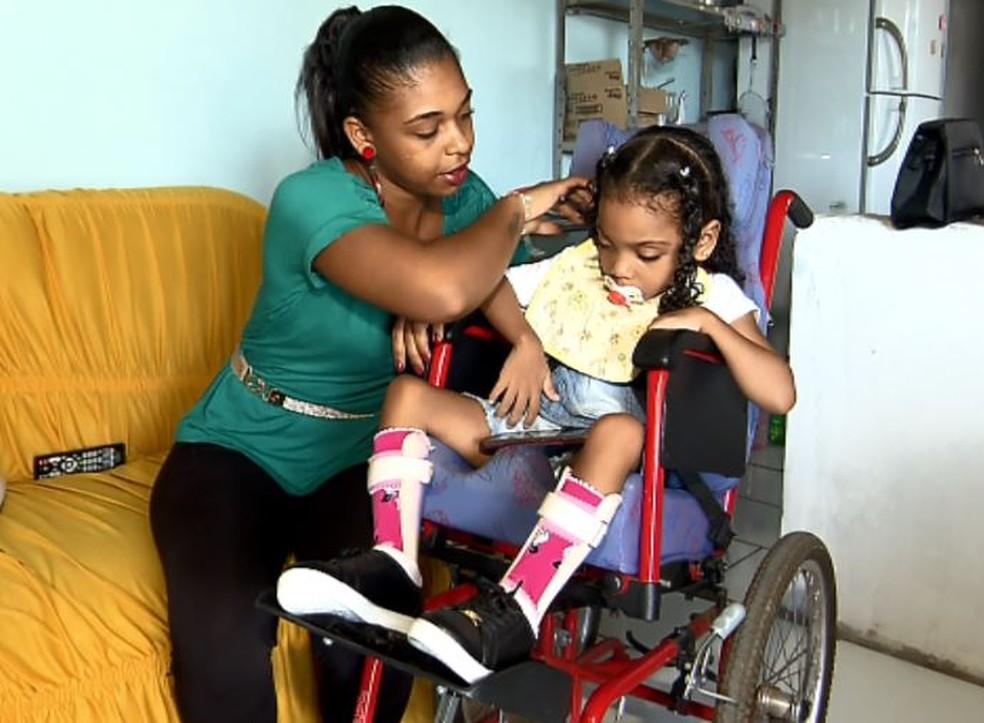 Ana Carolina Alvim dos Santos, mãe de Jhenyfer Emanuely, reclama da falta de transporte adaptado para levá-la para tratamento médico em São Carlos (Foto: Wilson Aiello/EPTV)