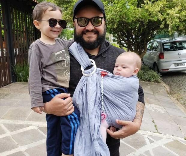 Thiago Martins com os filhos Arthur, 2, e Gabi, 5 meses (Foto: Arquivo pessoal)