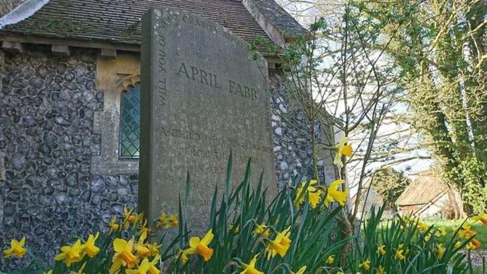 Um memorial para April foi construído em frente à igreja que ela frequentava — Foto: BBC