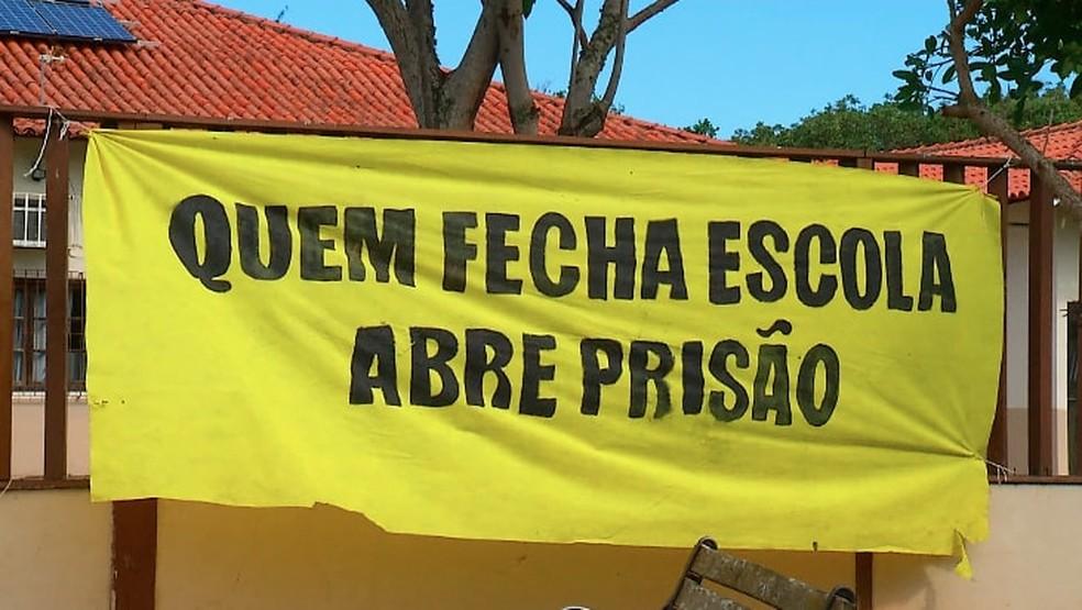 Alunos fazem apelo para volta de ensino noturno e outras reivindicações em escola municipal de Búzios, no RJ (Foto: Reprodução/Inter TV)
