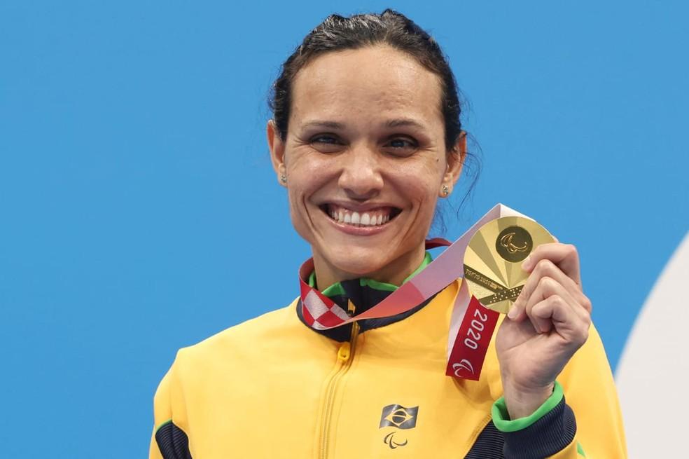 Carol Santiago no pódio com o ouro nos 100m livre — Foto: Miriam Jeske/CPB @miriamjeske.photo
