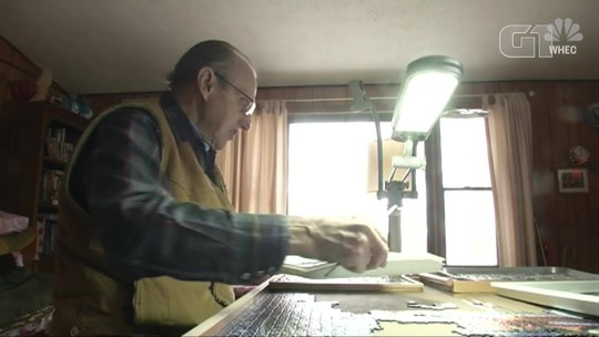 Homem de 93 anos tenta bater recorde mundial de quebra-cabeças